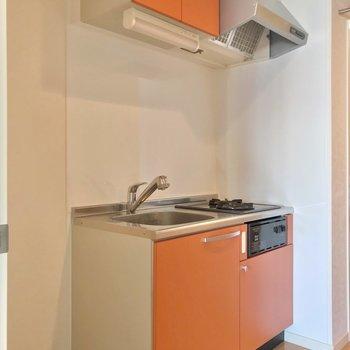 オレンジ色のキッチンも素敵。冷蔵庫はシンク側に置けますよ。