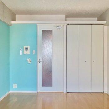 建具や天井は白で、バランスがいいですね。