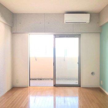 居室は水色とコンクリート風のクロスでおめかしされています。