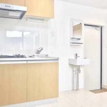 冷蔵庫はキッチン横に。※写真は1階の同間取り別部屋のものです