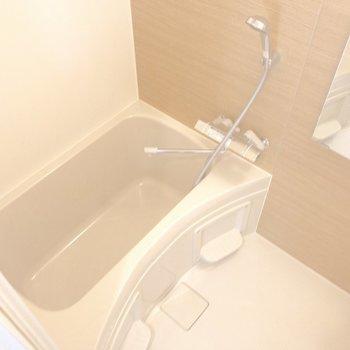 コンパクトだけど湯船もしっかりと。※写真は1階の同間取り別部屋のものです