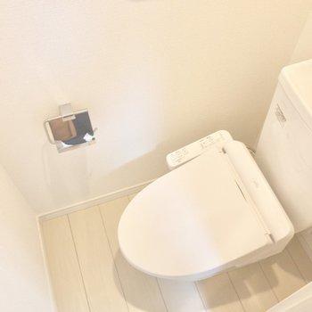 トイレは上部に収納棚があります。※写真は1階の同間取り別部屋のものです