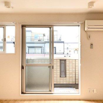 小窓の下に棚を置きたいな。