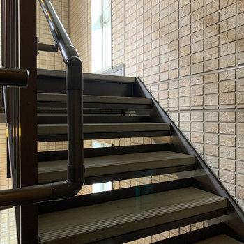 緩やかで幅のある階段です。