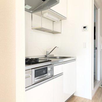 真っ白な清潔感のあるキッチンです。