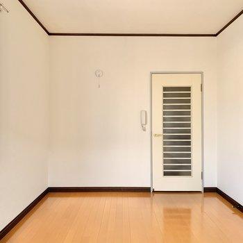 縞模様の扉がちょっぴりレトロですね。