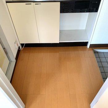 扉を開けると正面にキッチン。左にバスルーム、右に玄関です。