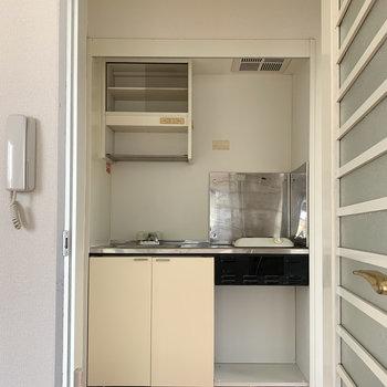 キッチン上には食器が置ける棚が付いています。