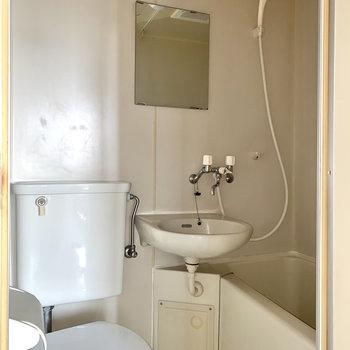 鏡付きで洗顔もしやすいです。※写真はフラッシュを使用しています