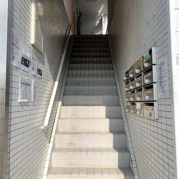 お部屋までは階段。大きな荷物の際は幅のチェックを。