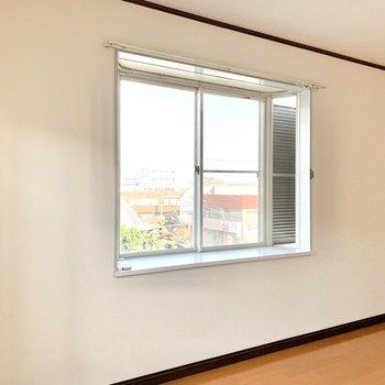 出窓を活用して空間に彩りをプラス。窓はどちらも雨戸付きです。