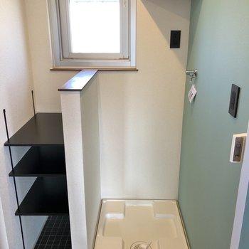 タオルや洗剤は上の棚にまとめておきましょう。