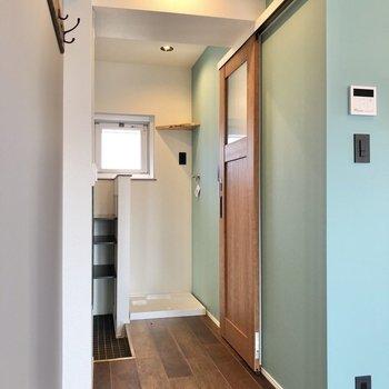 脱衣所は茶色の扉から。