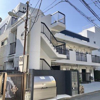 マンションは落ち着いた住宅街にあります。