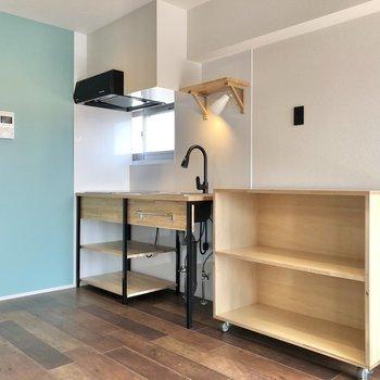 キッチン横にも可動式の棚があります。食器や調理器具の保管場所にも。