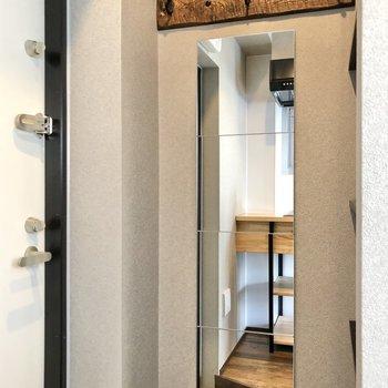ファッションチェックは玄関で。鍵も上に掛けておけます。