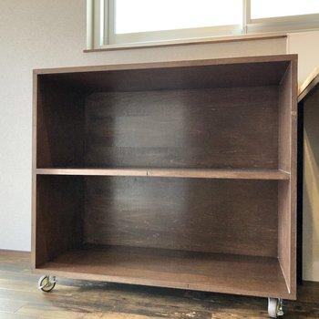 キッチン横にある棚も可動式です。