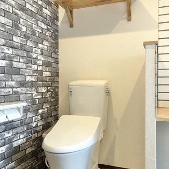 お隣のトイレには上部収納付き。