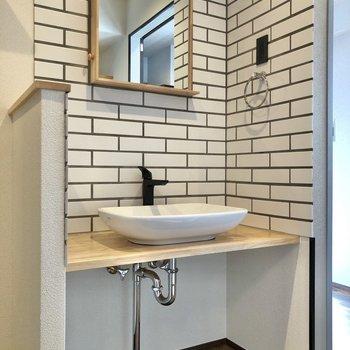 洗面台もクールなデザインです。