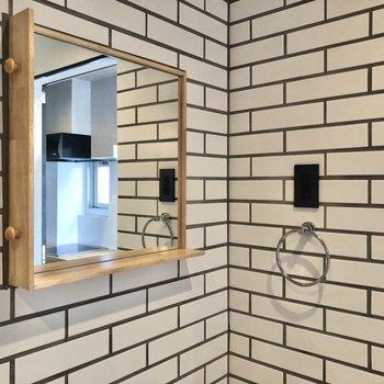 鏡の枠にはフックが2つ。小物も置いておけます。
