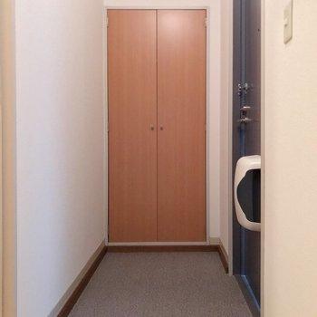 玄関は広々と。