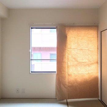 小窓は東向き。晴れた日は明るく過ごせそう〜
