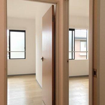 洋室2部屋があります。どちらも5帖の広さです。