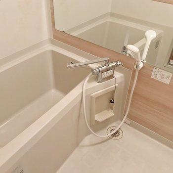 お風呂はきれいになっています!サーモ水栓で温度調節簡単。