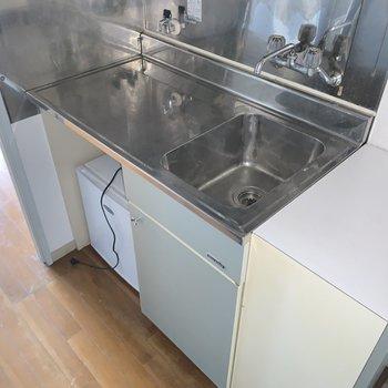 キッチンはステンレスで無機質な表情!1口コンロが置けそうですね!冷蔵庫は付いていますよ〜