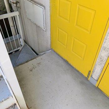 階段を上がるとすぐお部屋。出入りの際は少し注意が必要かも...!(コケないでね!)