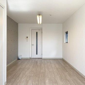 角部屋なのでサイドにも小ちゃな窓が。コンクリート打放しの壁はクロスじゃなく本物ですよ◎ (※写真は4階の同間取り別部屋のものです)