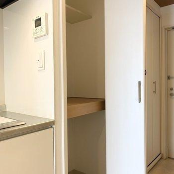 一番手前は奥行きの深めな収納。キッチン横なのでパントリーにもおすすめです。 (※写真は4階の同間取り別部屋のものです)