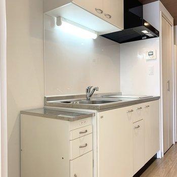 キッチンは廊下に。 (※写真は4階の同間取り別部屋のものです)
