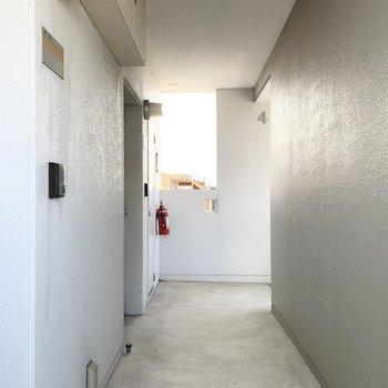 共用部も白くて明るい空間です。