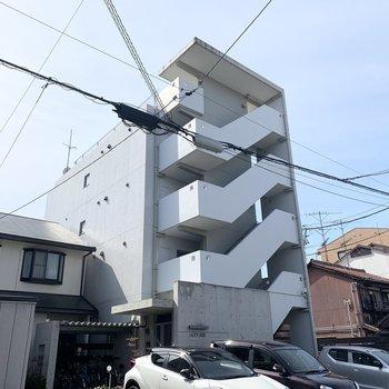 コンクリートと階段がすっきりスタイリッシュな4階建鉄筋コンクリートのマンションです。