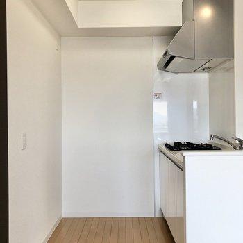 冷蔵庫は左の一番奥に。そのお隣にラックなどを置いても◎(※写真は12階同間取り別部屋のものです)