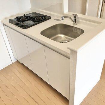 キッチンは少しコンパクトですが、2口コンロです。(※写真は12階同間取り別部屋のものです)