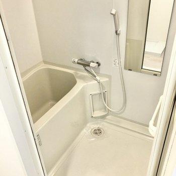お風呂はゆったりめ。サーモ水栓で温度調節もしやすくなっています。(※写真は12階同間取り別部屋のものです)