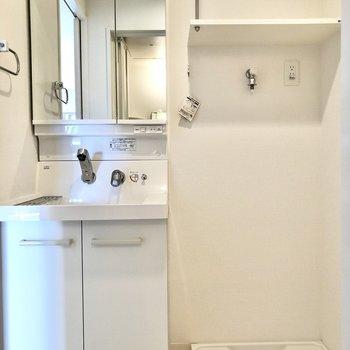 脱衣所はギュッとまとまっていました。鏡の裏を収納として使えるのは嬉しいポイント!(※写真は12階同間取り別部屋のものです)