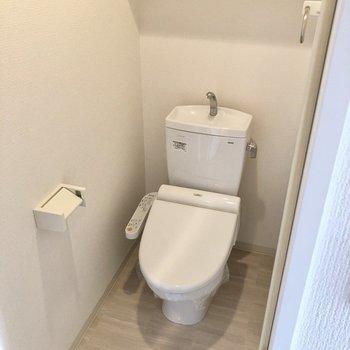 トイレはウォシュレット付きで快適♩(※写真は12階同間取り別部屋のものです)