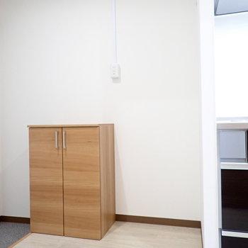 となりに冷蔵庫。そのとなりにシューズボックスがあります。