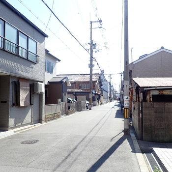 周辺環境】下町っぽいのんびりとした雰囲気。近くにはなが〜い商店街もありました。