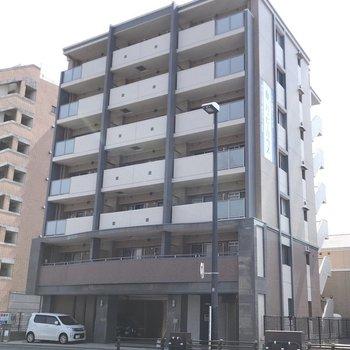 大通り沿い、オートロック付きのマンションです