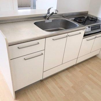 作業スペース広々で、効率よくお料理できそう(※写真は4階の同間取り別部屋、清掃前のものです)