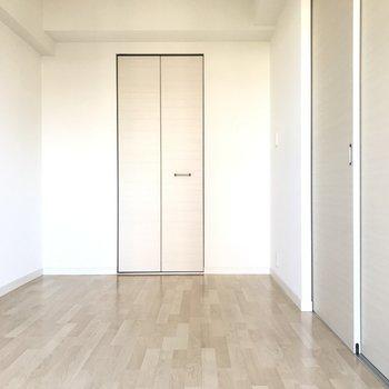 ダブルベッドも置ける広さ(※写真は4階の同間取り別部屋、清掃前のものです)