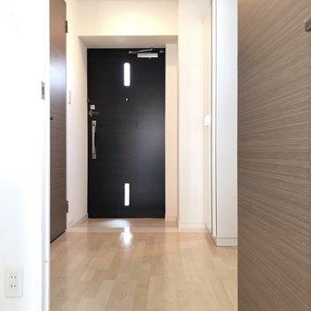 玄関はダブルロックです(※写真は4階の同間取り別部屋、清掃前のものです)