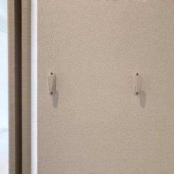 扉の裏側のほうにはフック付き。よく使うカバンを掛けられます(※写真は4階の同間取り別部屋、清掃前のものです)