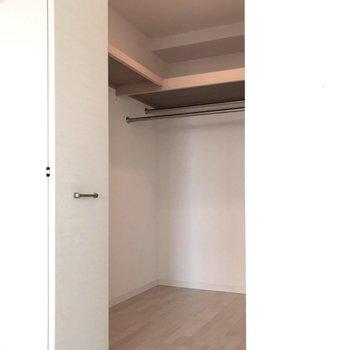 ウォークインクローゼットは奥行きたっぷり(※写真は4階の同間取り別部屋、清掃前のものです)