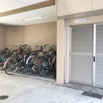 屋根付き駐輪場。最寄りの馬出九大病院前駅は駐輪場無料なので、1台あるといいですね