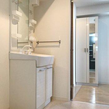 洗面台は朝の大きな味方(※写真は4階の同間取り別部屋、清掃前のものです)